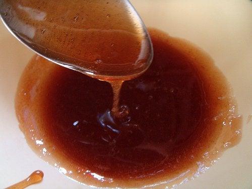 Cremă pe bază de miere pentru a îndepărta părul nedorit