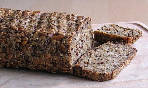 Pâinea cu semințe pe lista de remedii naturiste pentru constipație