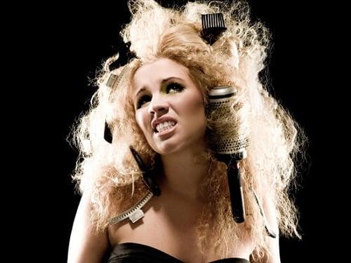 Fată ce are nevoie de produse naturale pentru părul rebel și încâlcit