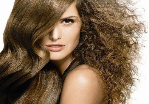 Produse naturale pentru părul rebel
