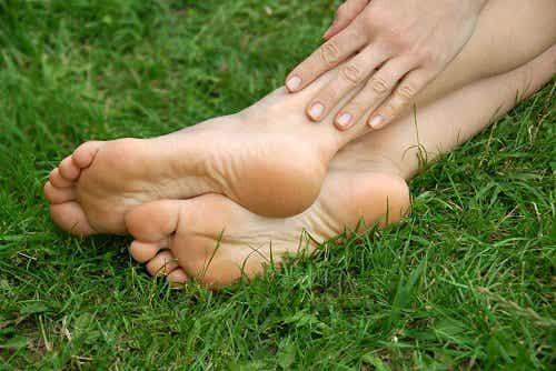 Remedii naturale pentru călcâiele aspre și crăpate