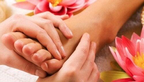 Remedii pentru picioarele obosite aplicate printr-un masaj