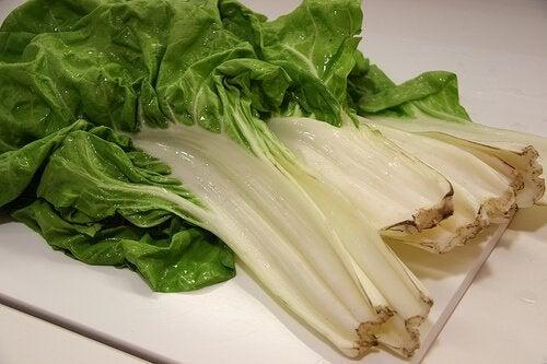 Sfeclă mangold ca ingredient într-un smoothie care elimină toxinele