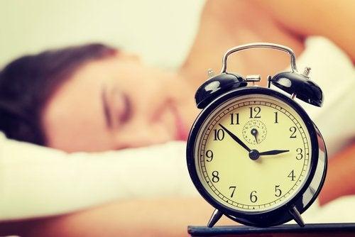 Femeie care folosește trucuri pentru a slăbi dimineața