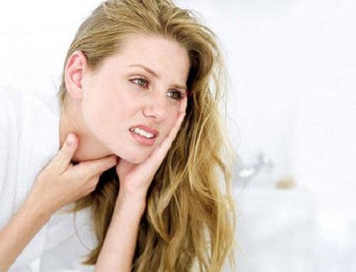 Tânără care suferă de inflamația esofagului
