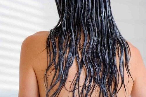 Tânără ce folosește remedii naturale pentru părul rebel