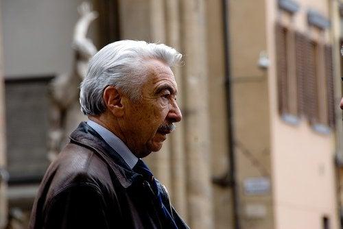 Bătrân cu păr alb