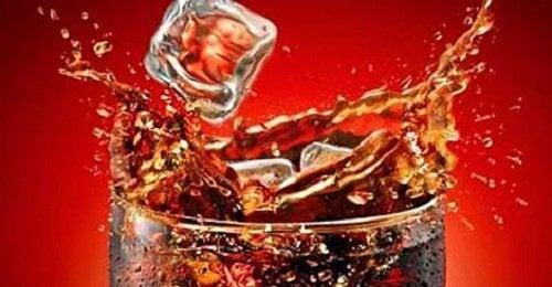 Ce se întâmplă în corpul nostru când bem Coca Cola?