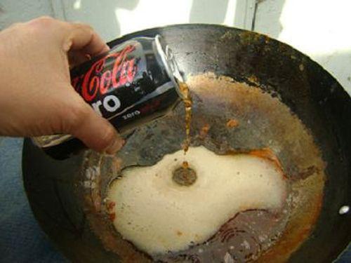 Coca cola curăță tigăile