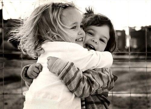 Copii îmbrățișați