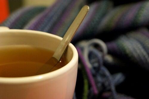 Cum să elimini mucusul cu ceai cald