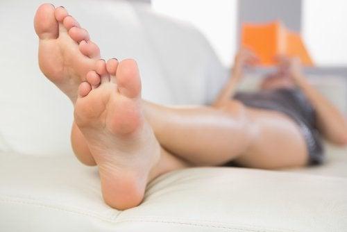 Femeie relaxată după ameliorarea simptomelor de fasciită plantară