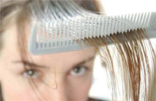 Hormonii masculini pot cauza căderea părului la femei
