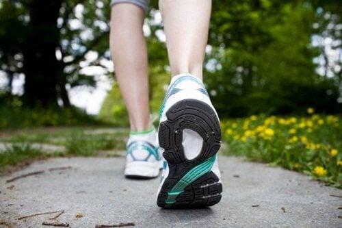 Mersul pe jos previne cauzele furnicăturilor la nivelul membrelor