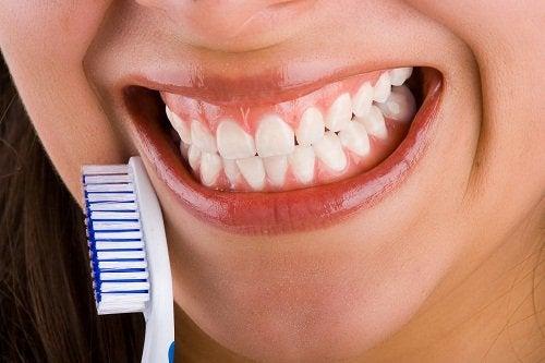Mineralizarea dinților cu o apă de gură naturală