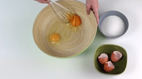 Ouă adăugate într-o prăjitură pufoasă cu iaurt