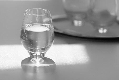 Pahar cu apă în timpul mesei