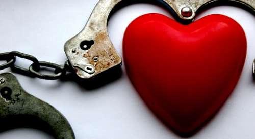 O relație toxică îți ține inima încătușată