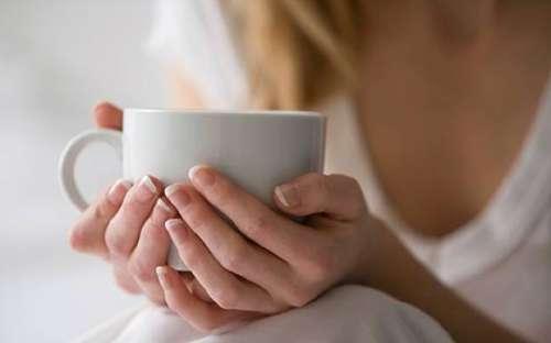 Remedii naturale pentru infecțiile gâtului precum ceaiul de cimbru