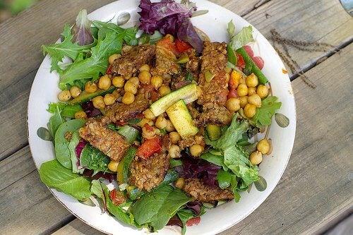 Salată din alimente care contribuie la detoxifierea ficatului