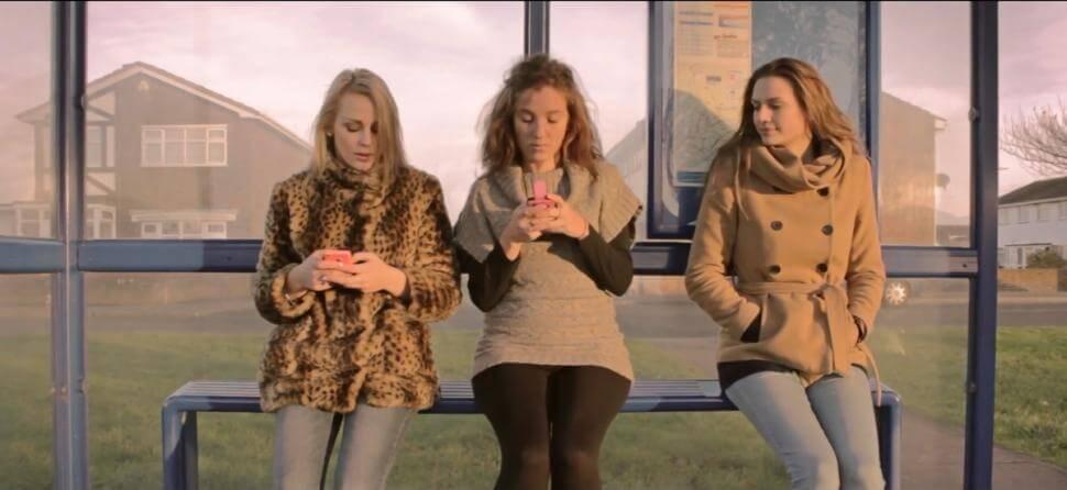 Tineri cu telefon mobil