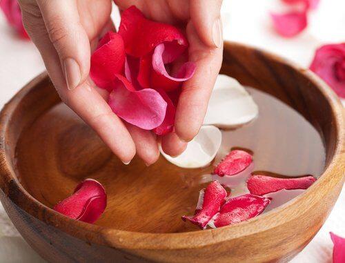 Apă de trandafiri