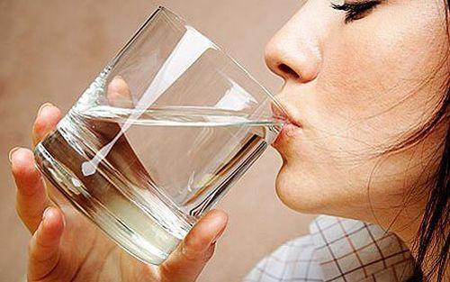 Bea apă pentru a reduce balonarea