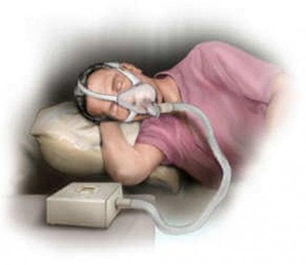Bărbat care folosește tratamente pentru apneea în somn