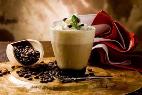 Beneficiile consumului de 3 cești de cafea pe zi