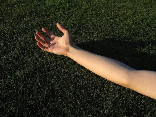 Braț cu pielea fermă