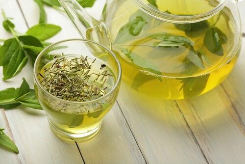 Cană cu ceai verde