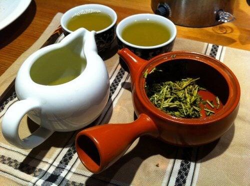 Ceainic și căni cu ceai verde