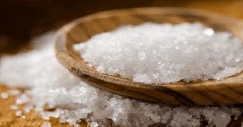 Cum să cureți cuptorul cu sare