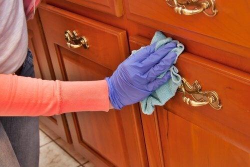 Curățare eficientă a mobilierului din lemn