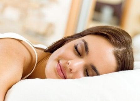 Fată care folosește tratamente pentru apneea în somn