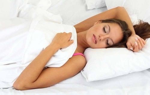 Femeie care doarme și experimentează lucruri ciudate în timpul somnului
