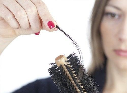 Femeie care are nevoie de un remediu pentru căderea părului