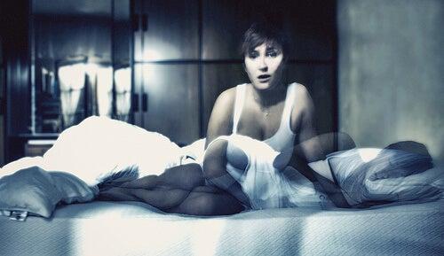 Femeie care are nevoie de tratamente pentru apneea în somn