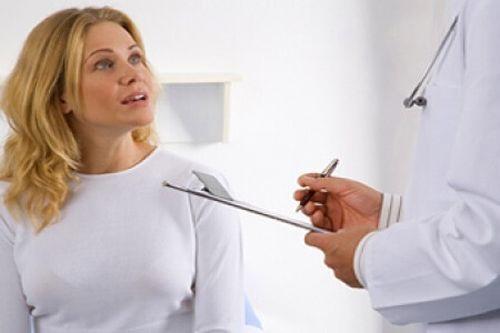 Medic prezentându-i unei paciente ficatul gras și principalele sale cauze