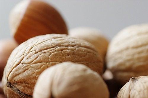 Consumul de nuci elimină pielea lăsată de pe brațe