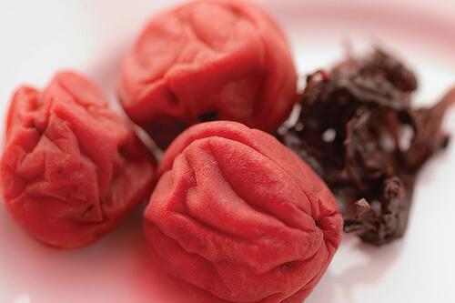Prune umeboshi folosite pentru a prepara cartofi prăjiți sănătoși