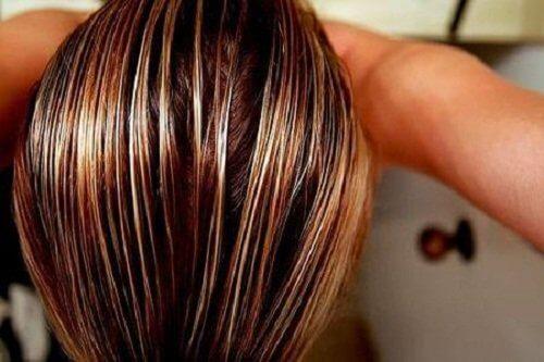 Femeie care refolosește pliculețele de ceai sau cafea pentru păr