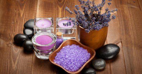 Remedii naturale pentru mâini umflate precum uleiul de lavandă