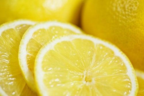 Remedii pentru petele maronii cu lămâie