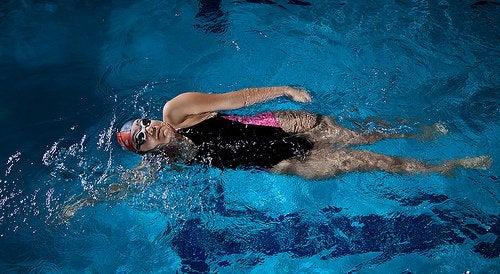 Remedii pentru picioare umflate precum înotul