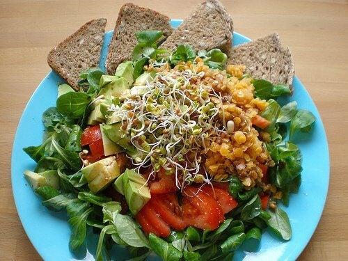 Salată cu pâine integrală și avocado