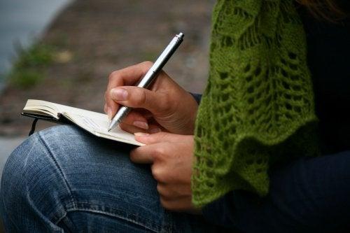 Scrisul în jurnal relaxează mintea