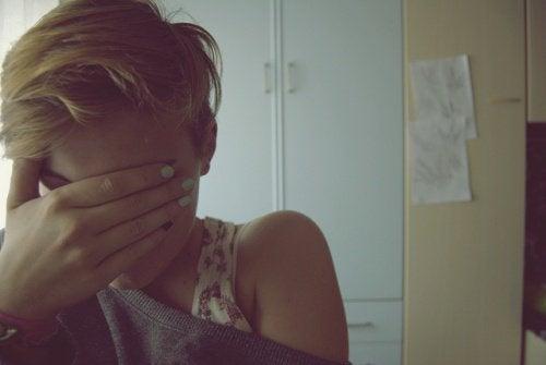 Tânără care suferă de anxietate
