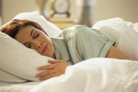 Tănără ce folosește tratamente pentru apneea în somn