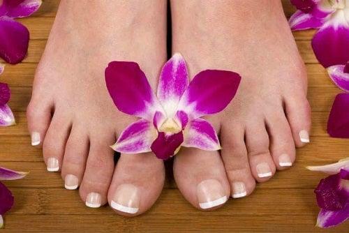 Cum poți trata natural bătăturile de pe picioare